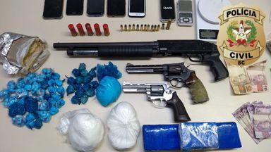 Armas e drogas são apreendidas pelas polícias Civil e Militar em Herval d' Oeste
