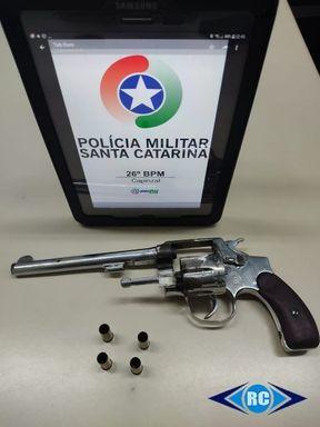 Polícia Militar detém homem por porte ilegal de arma de fogo após denúncia