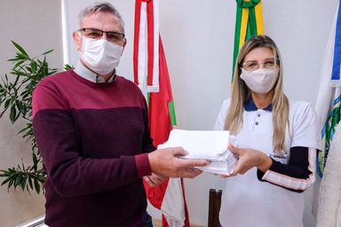 Gratidão: Alunos do Conexão entregam cartas aos profissionais de saúde de Joaçaba