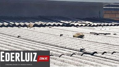 Pedras em cima do telhado de uma das casas.