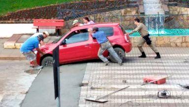 Funcionários da prefeitura e até a PM ajudaram a desatolar o veículo.