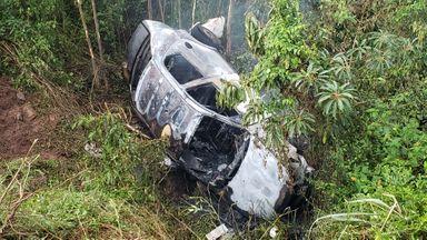 Carro sai da pista e pega fogo na BR 282 em Joaçaba