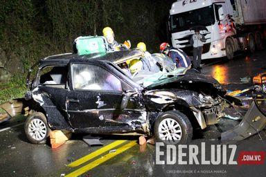 Assista a reportagem com imagens do resgate do motorista que ficou gravemente ferido em acidente na BR-282